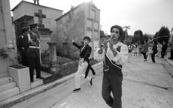 baile entre tumbas, 1990