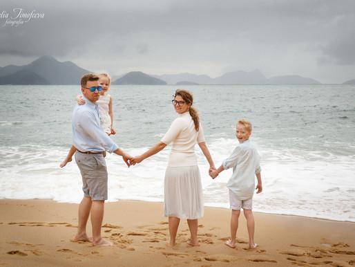 Семейная фотосессия в дождливый день