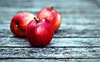 Three-red-apples-wood-board_2560x1600.jpg