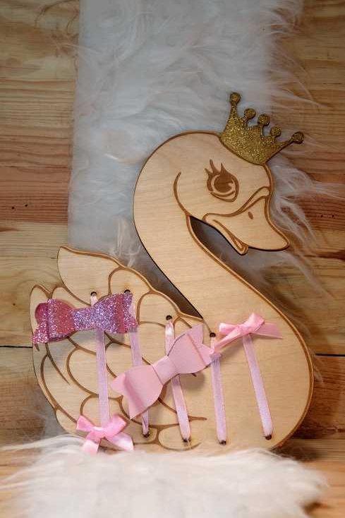 Range barrettes cygne princesse en bois