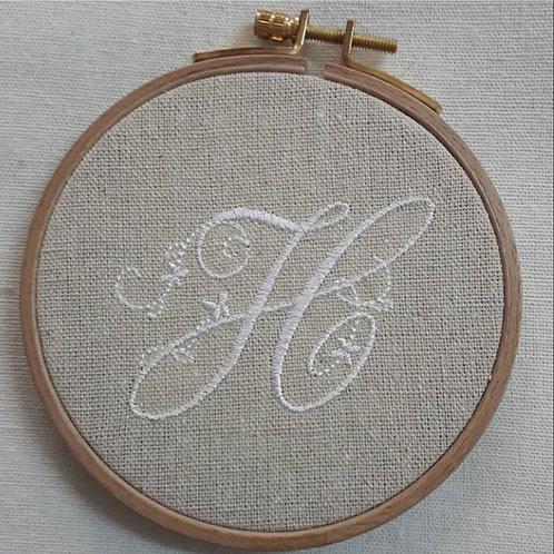 Broderie monogramme sur lin