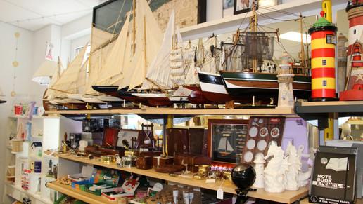 Modellschiffe und Messingartikel