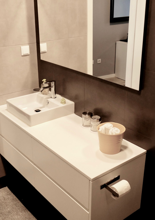 Castle-view bedroom en-suite bathroom