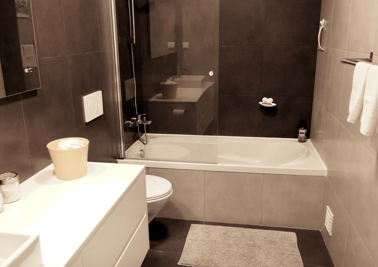 Castle-view en-suite bathroom