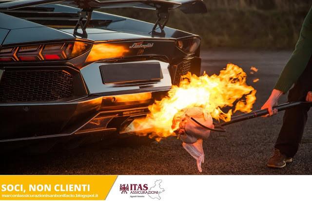 La mia auto si è incendiata nel parcheggio Assicurazione