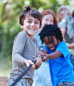 綱引きを遊ぶ子供たち
