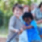 Дети, играя буксир войны