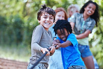 Ungar som leker Tug of War