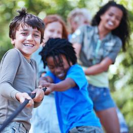 Los niños que juegan esfuerzo supremo