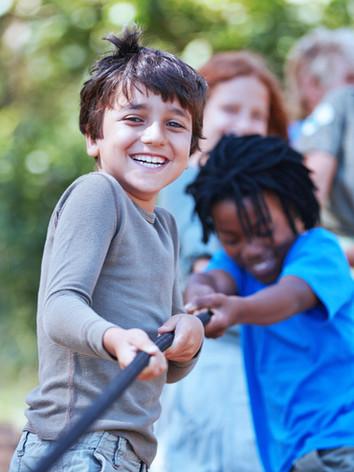 Dzieci bawiących Tug of War