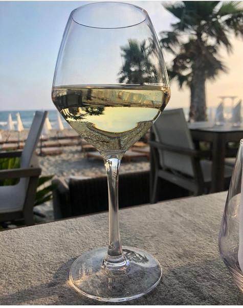 verre-de-vin-plage-privée-le-seven