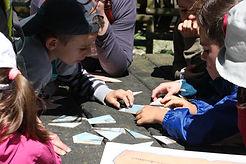 des enfants reconstituent un puzzle lors du rallye enfant