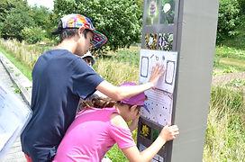 enfants décryptant un indice du jeu