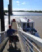 embarquement d'un cycliste sur le bateau passeur