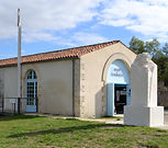façade de la maison du transbordeur et la statue de ferdinand arnodin