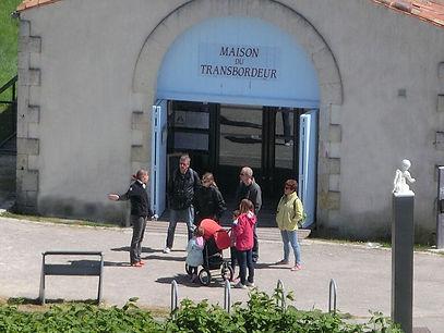 des personnes assistent à la visite guidée du pont transbordeur et de la maison du transbordeur