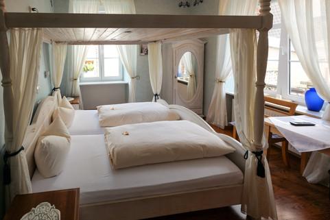 Viele Zimmer verfügen über Himmelbetten.