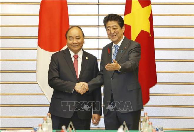 Thủ tướng Nhật Shinzo Abe đón Thủ tướng Nguyễn Xuân Phúc thăm Nhật Bản năm 2018.  JP88