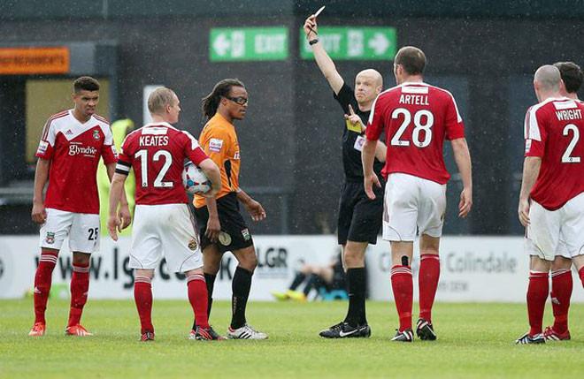 Ngay cả khi vừa đá vừa làm HLV, Edgar Davids cũng phải nhận tới 5 thẻ đỏ trong 2 năm cuối sự nghiệp. |JP88