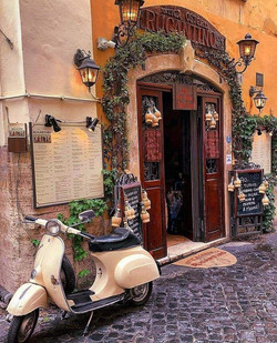 Trastevere en vespa, Roma - Italia