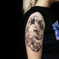 Фото татуировки, лисица с пионами на пле