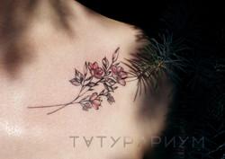 Фото татуировки, нежные цветы к девушки