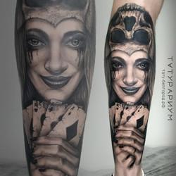 Фото татуировки, девушка с картами в рук