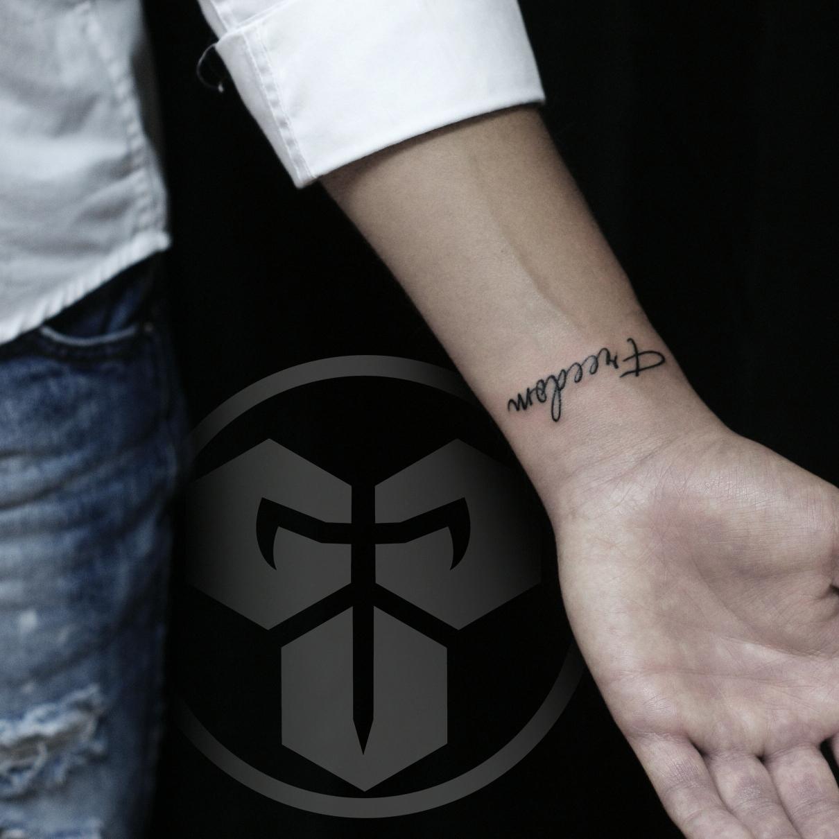 Фото татуировки, Freefom на запястии у д