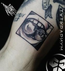 Фото татуировки, вишенки во рту у девушк