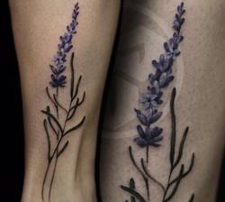 Фото татуировки, нежная лаванда на голен