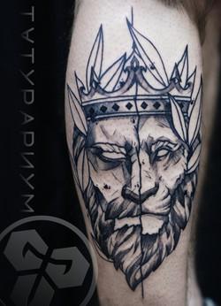 Фото татуировки, лев с короной на голени