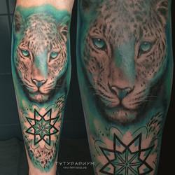 тату а ноге, реалистичный леопард с орна