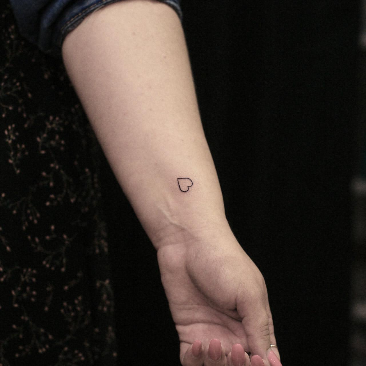Фото татуировки, маленькое сердечко на з