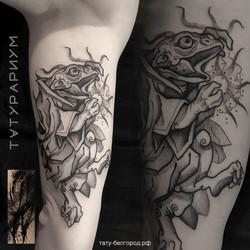 Фото татуировки, жаба в кимано на руке у