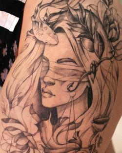 фото татуировки, фемида с весами, рыбкой и цветами на бердре у девушки, в стиле графика, т