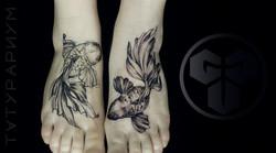 Фото татуировки, золотые рыбки на ногах