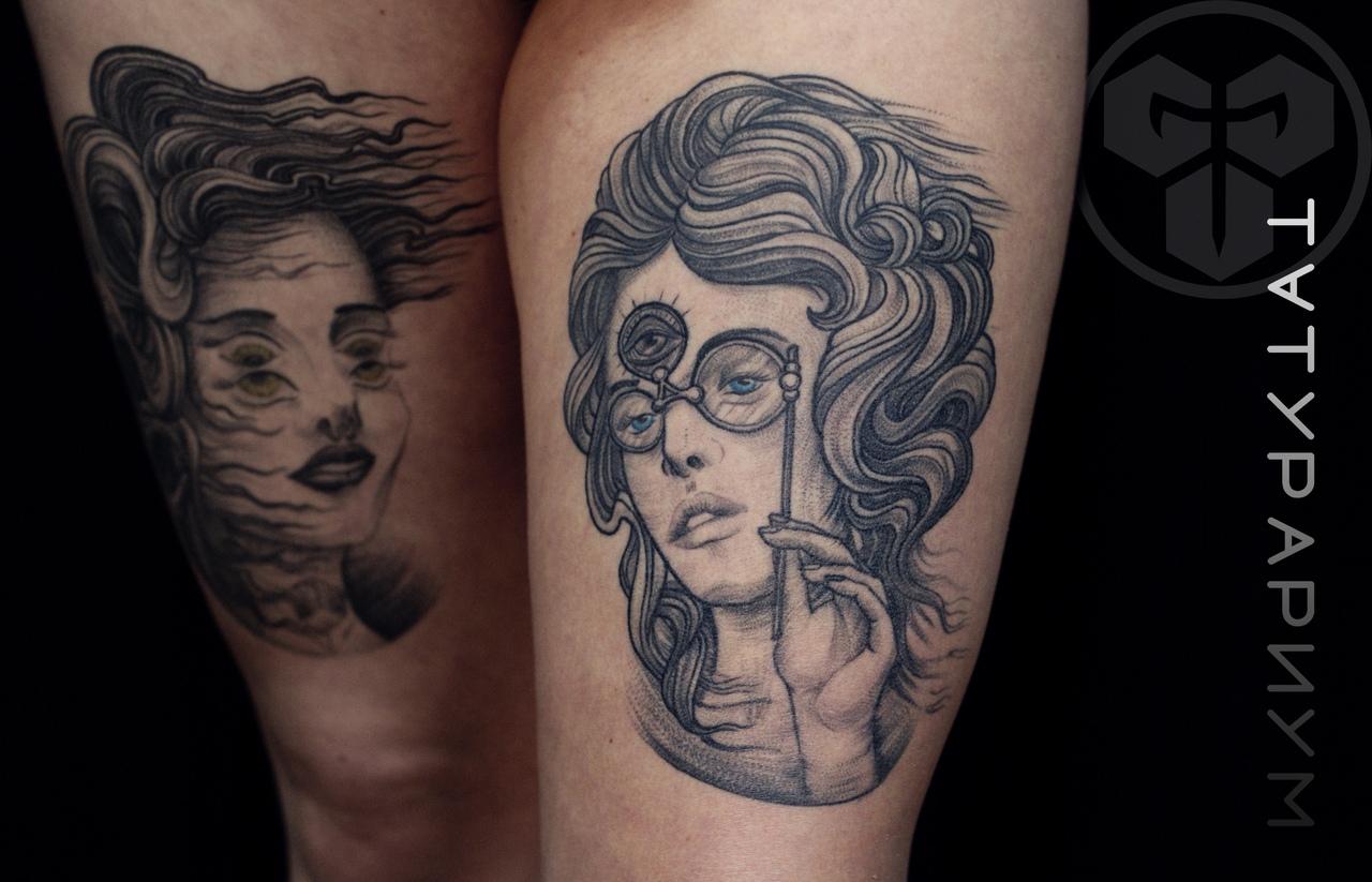 Фото татуировки, пртрет девушки на бедре