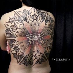 Фото татуировки, мандала на спине у деву