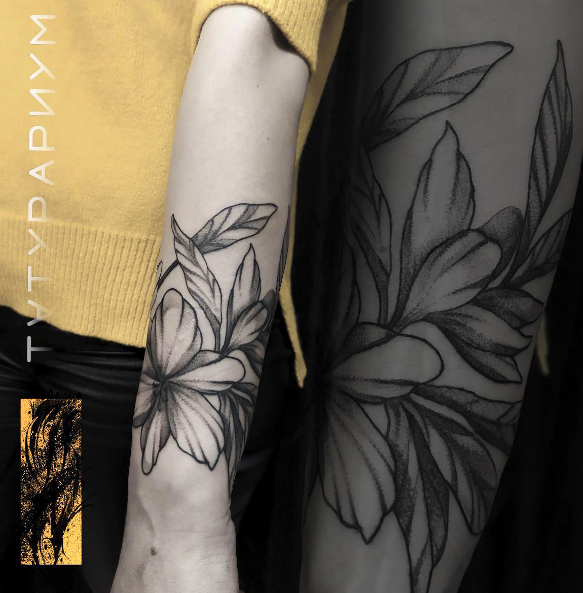 Фото татуировки, цветы вокруг руки у дев