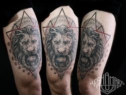 Фото татуировки, оскал льва на бедре у м