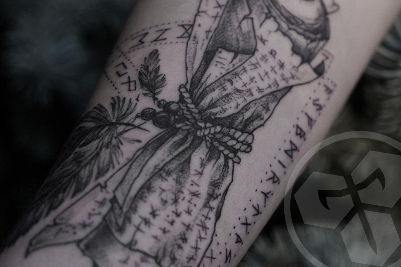 Фото татуировки, свиток с рунами на пред