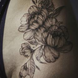 Фото татуировки, пионы на бедре у девушк