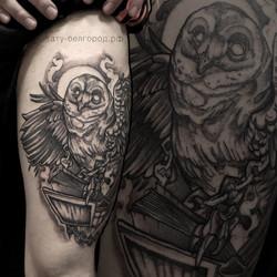 Фото татуировки, филин с книгой на бедре