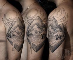 Фото татуировки, горы и лес на плече у м