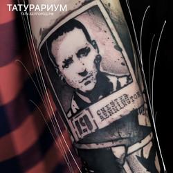 фото татуировки портретов музыкантов на предплечье у парня, в стиле графика, тату-салон та