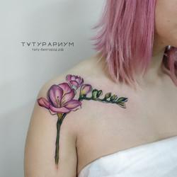 Фото татуировки, веточка архидеи цветная на ключице у девушки, тату белгород, тату салон татурариум