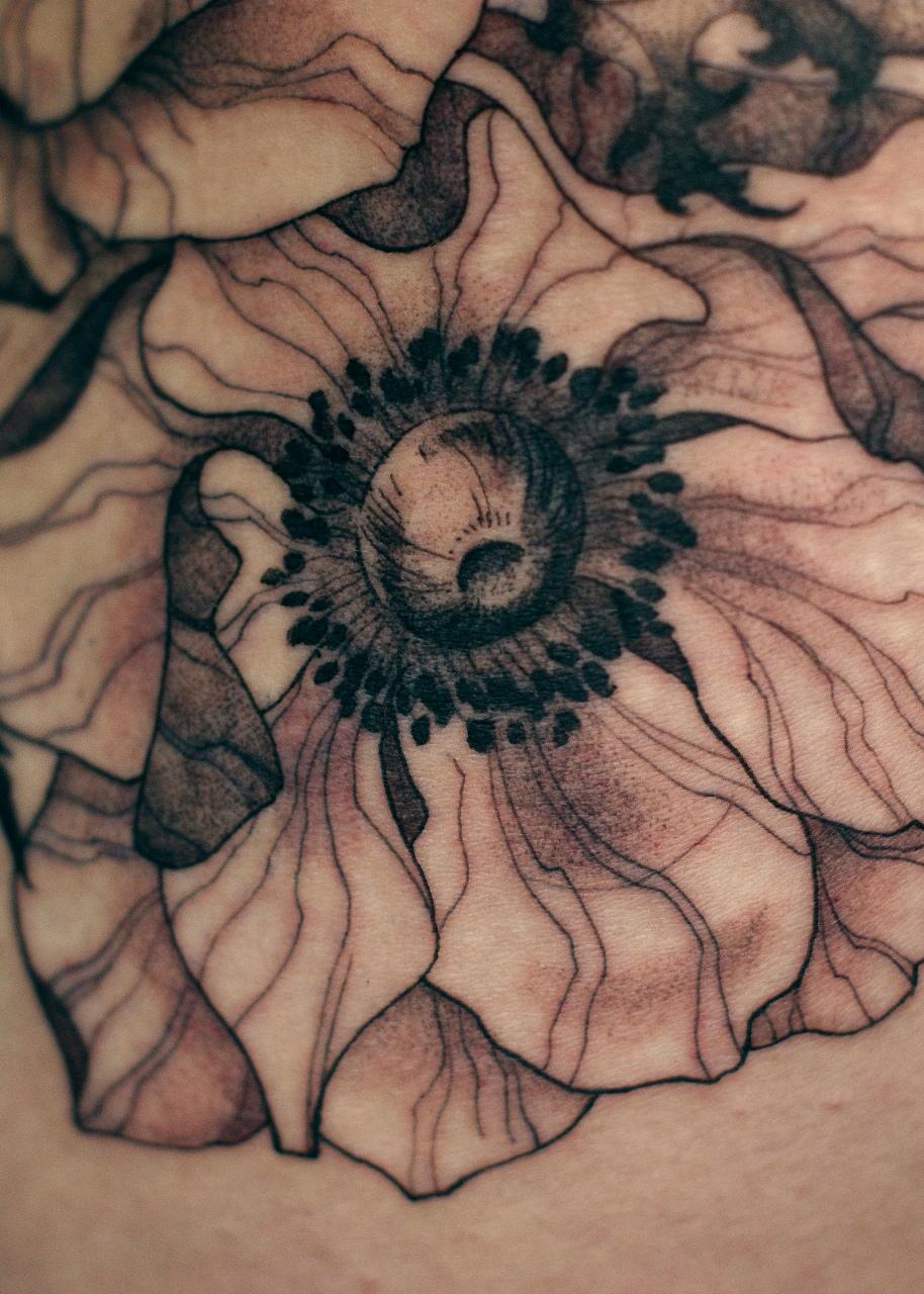 татуировка цветков, в стиле графика, на