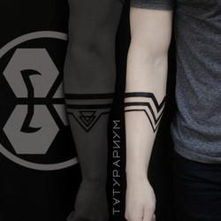 Фото татуировки, черные полоски вокруг р