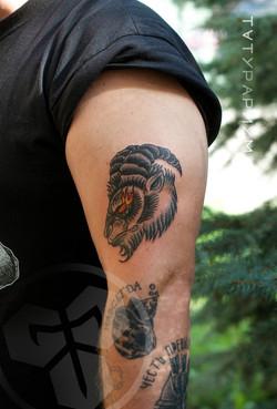 Фото татуировки, голова козла на предпле