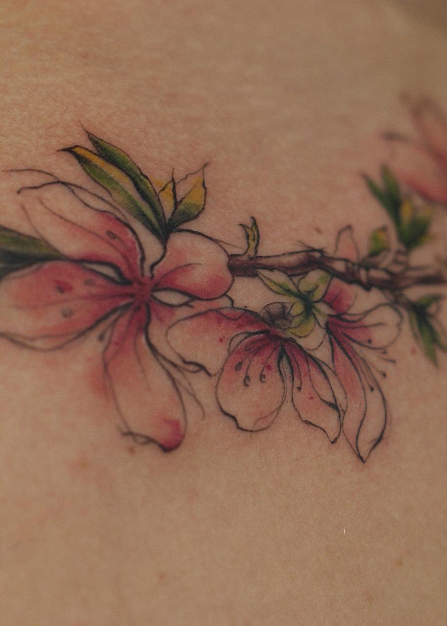татуировка цветочков и веточки, в стиле